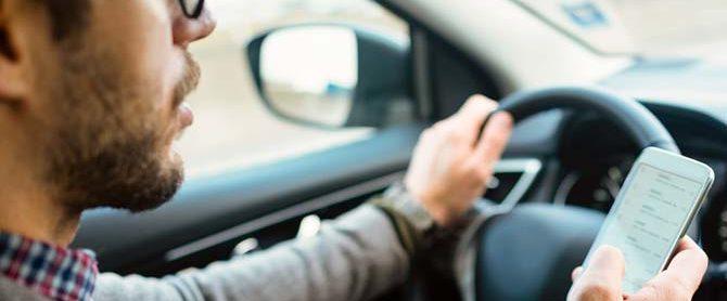 Guidare usando il cellulare